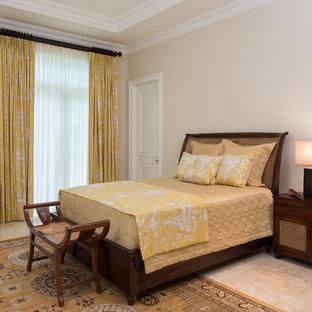 Стильный дизайн: большая гостевая спальня в восточном стиле с бежевыми стенами, полом из известняка и бежевым полом - последний тренд