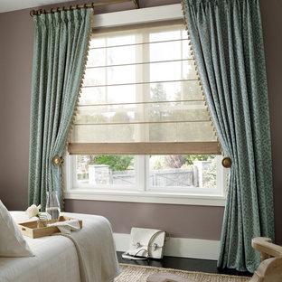 Immagine di una camera da letto classica di medie dimensioni con pareti marroni, pavimento in cemento e nessun camino
