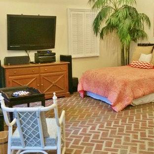 Foto di una camera da letto con pareti beige e pavimento in mattoni