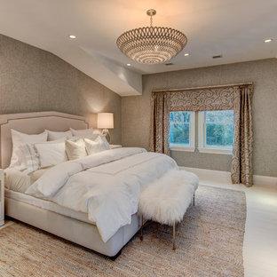 Réalisation d'une chambre parentale design de taille moyenne avec un mur gris, un sol en bois peint et aucune cheminée.