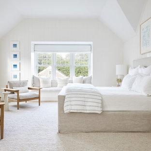 Mittelgroßes Maritimes Hauptschlafzimmer mit weißer Wandfarbe, Kamin, Kaminumrandung aus Stein, braunem Boden, braunem Holzboden und gewölbter Decke in New York