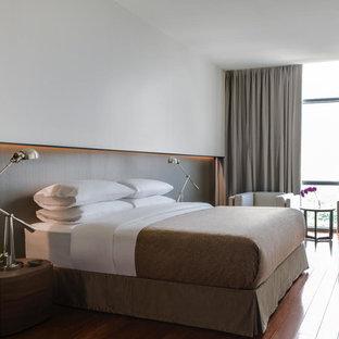 Foto de dormitorio moderno, grande, con paredes blancas y suelo de bambú