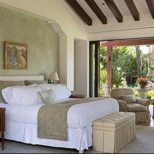 Ejemplo de dormitorio principal, mediterráneo, grande, con paredes verdes