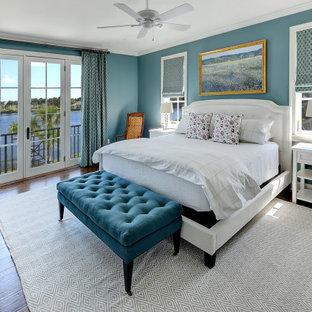 Idéer för vintage huvudsovrum, med blå väggar och mellanmörkt trägolv