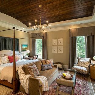 Inspiration pour une grand chambre parentale traditionnelle avec un mur beige, une cheminée standard, un sol en bois foncé, un manteau de cheminée en pierre et un sol beige.