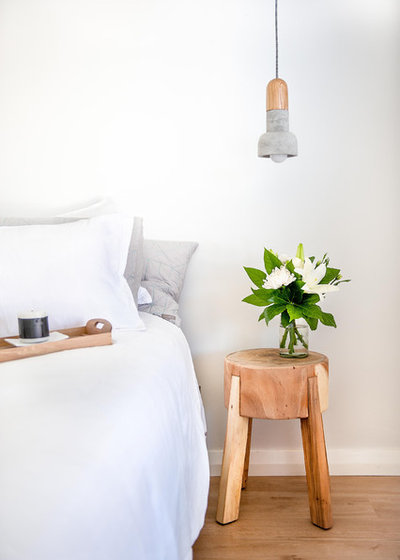 Scandinavo Camera da Letto by Red Lily Renovations