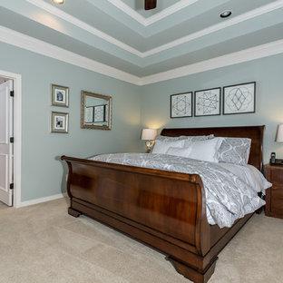 Foto di una grande camera matrimoniale classica con pareti blu, moquette, nessun camino e pavimento beige
