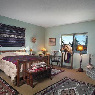 Diseño de dormitorio principal, de estilo americano, grande, con paredes verdes, moqueta, chimenea de esquina y marco de chimenea de yeso