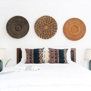ロサンゼルスの中くらいのサンタフェスタイルのおしゃれな主寝室 (白い壁、無垢フローリング) のインテリア