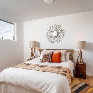 Modelo de dormitorio de estilo americano con paredes blancas y suelo de madera clara