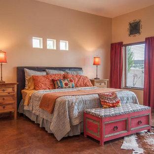 アルバカーキの中サイズのサンタフェスタイルのおしゃれな主寝室 (茶色い壁、コンクリートの床、暖炉なし、茶色い床)