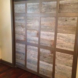 Ejemplo de dormitorio principal, de estilo americano, de tamaño medio, sin chimenea, con paredes beige y suelo de madera oscura