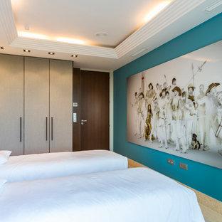 Imagen de habitación de invitados escandinava, de tamaño medio, con paredes azules y suelo de mármol