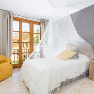 Diseño de dormitorio principal, contemporáneo, de tamaño medio, sin chimenea, con paredes grises y suelo de travertino