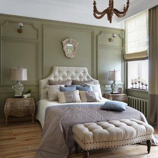 Esempio di una camera padronale tradizionale di medie dimensioni con pareti verdi, parquet chiaro e nessun camino