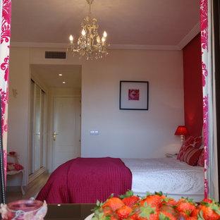 Modelo de dormitorio principal, contemporáneo, pequeño, con paredes rosas, suelo de mármol y suelo beige