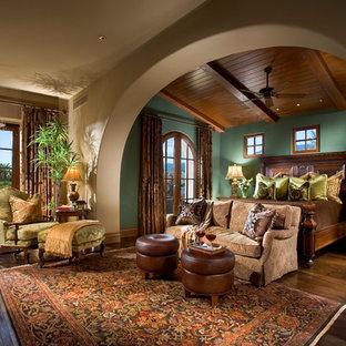 Imagen de dormitorio mediterráneo con paredes verdes, suelo marrón y suelo de madera oscura