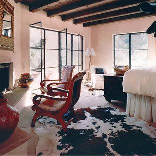 Großes Mediterranes Hauptschlafzimmer mit beiger Wandfarbe, Schieferboden, Eckkamin und Kaminumrandung aus Stein in Santa Barbara