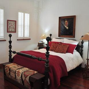 オースティンの中くらいのサンタフェスタイルのおしゃれな主寝室 (白い壁、濃色無垢フローリング、暖炉なし) のインテリア