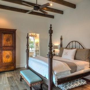 Esempio di una camera da letto american style