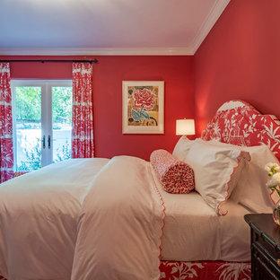 Cette image montre une grande chambre méditerranéenne avec un mur rouge, aucune cheminée et un sol beige.