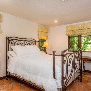 Неиссякаемый источник вдохновения для домашнего уюта: гостевая спальня в средиземноморском стиле с белыми стенами и полом из терракотовой плитки