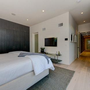 Foto på ett mellanstort funkis sovrum, med vita väggar och linoleumgolv