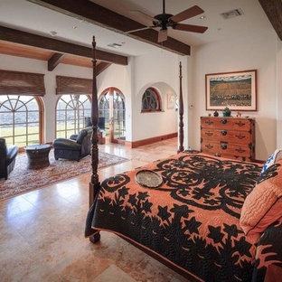 Immagine di una grande camera matrimoniale mediterranea con pareti bianche e pavimento in travertino