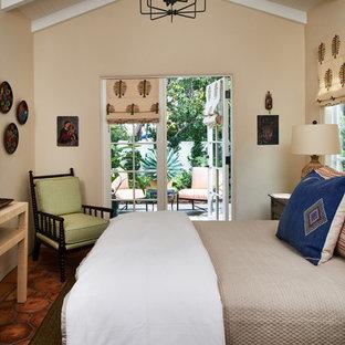 Свежая идея для дизайна: гостевая спальня среднего размера в средиземноморском стиле с бежевыми стенами, полом из терракотовой плитки и оранжевым полом без камина - отличное фото интерьера