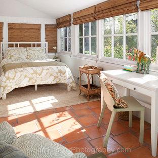 Свежая идея для дизайна: гостевая спальня среднего размера с белыми стенами и полом из терракотовой плитки без камина - отличное фото интерьера