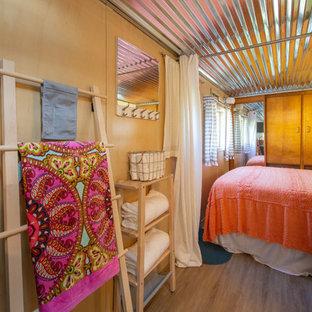Esempio di una piccola camera matrimoniale minimalista con pareti beige, pavimento in vinile e pavimento beige