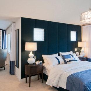 バンクーバーの大きいコンテンポラリースタイルのおしゃれな主寝室 (青い壁、カーペット敷き、標準型暖炉、木材の暖炉まわり、ベージュの床)
