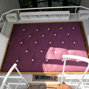 Modelo de dormitorio tipo loft, actual, pequeño, con paredes blancas