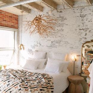 Foto de dormitorio tipo loft, urbano, pequeño, sin chimenea, con paredes blancas, suelo de cemento y suelo blanco