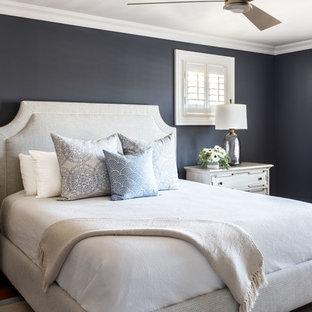 Ispirazione per una camera matrimoniale costiera con pareti nere e pavimento in legno massello medio