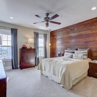 Bild på ett mellanstort amerikanskt sovrum, med beige väggar, heltäckningsmatta och beiget golv