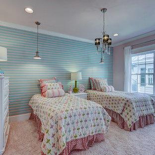 Diseño de dormitorio de estilo americano, de tamaño medio, con paredes rosas, moqueta y suelo rosa