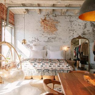 Неиссякаемый источник вдохновения для домашнего уюта: маленькая спальня на антресоли в стиле лофт с белыми стенами, бетонным полом и белым полом без камина