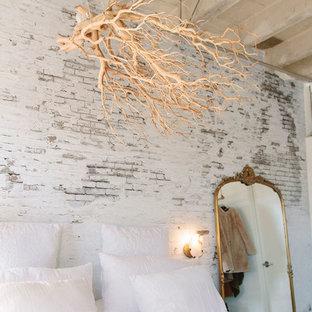 Inredning av ett industriellt litet sovloft, med vita väggar, betonggolv och vitt golv