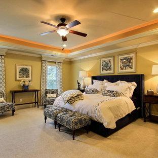 Imagen de dormitorio principal, clásico, grande, sin chimenea, con paredes amarillas y suelo de baldosas de cerámica
