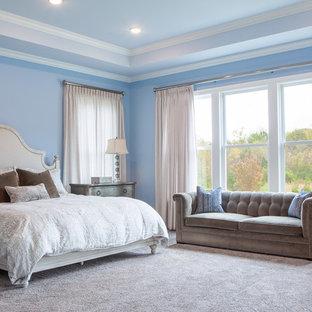 Diseño de dormitorio principal, clásico renovado, extra grande, con paredes azules, moqueta y suelo multicolor