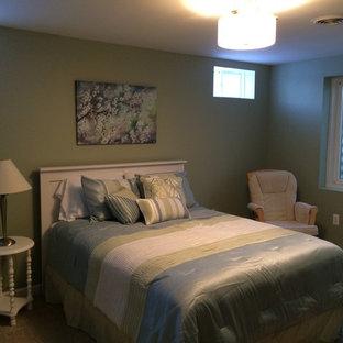 Стильный дизайн: хозяйская спальня среднего размера в классическом стиле с серыми стенами, кирпичным полом и коричневым полом без камина - последний тренд