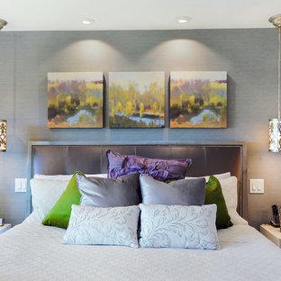 Imagen de dormitorio principal, tradicional renovado, grande, con paredes grises, suelo de madera en tonos medios, chimenea tradicional y marco de chimenea de baldosas y/o azulejos
