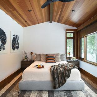 Idéer för rustika huvudsovrum, med vita väggar, mellanmörkt trägolv och brunt golv