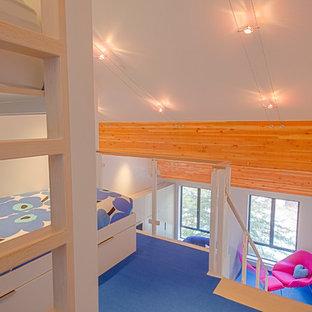 Ejemplo de dormitorio tipo loft, contemporáneo, pequeño, con paredes blancas, moqueta y suelo azul