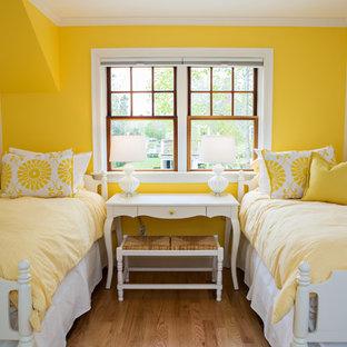 ボストンの中くらいのトランジショナルスタイルのおしゃれな客用寝室 (黄色い壁、無垢フローリング、暖炉なし、茶色い床) のレイアウト