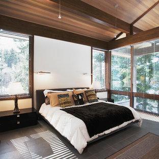 Inspiration pour une grand chambre parentale design avec un mur blanc et un sol en ardoise.