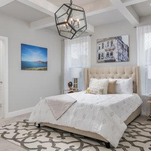 Idee per una camera matrimoniale stile americano di medie dimensioni con pareti grigie, moquette e pavimento beige