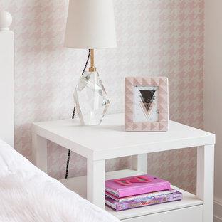 Modelo de dormitorio clásico renovado, de tamaño medio, con paredes blancas, moqueta y suelo rosa