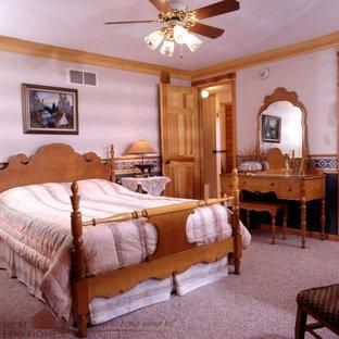 Diseño de dormitorio rústico con paredes grises y moqueta